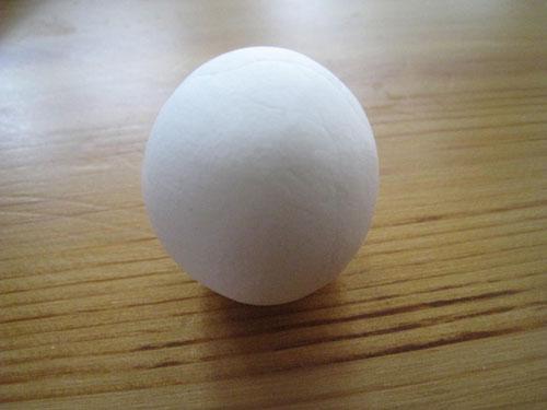 Возьмите небольшой кусочек, разомните его и скатайте из него шарик.